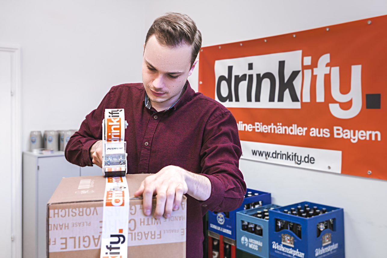 Drinkify- Exklusives Bier trifft auf exklusives Webhosting_Kartons packen
