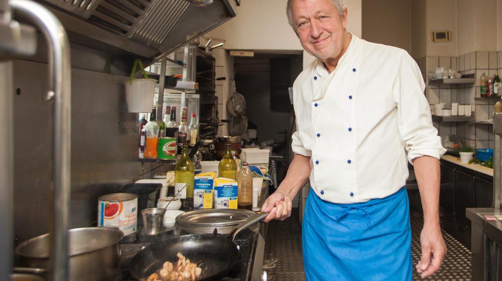 Abbildung - Herbert Kroll in der Küche seines Gourmet-Restaurants