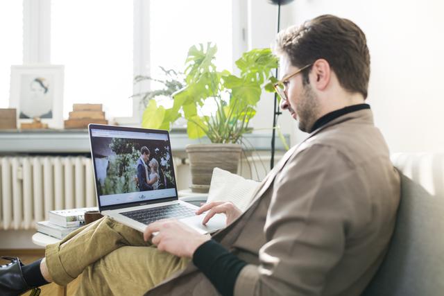 WedLab Gründer Cengiz arbeitet an seiner Webseite